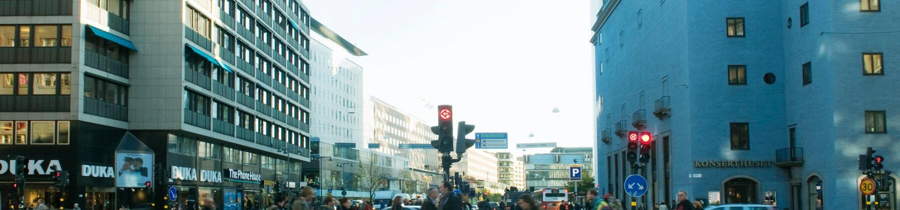 Korsning med människor och bilar i Stockholm