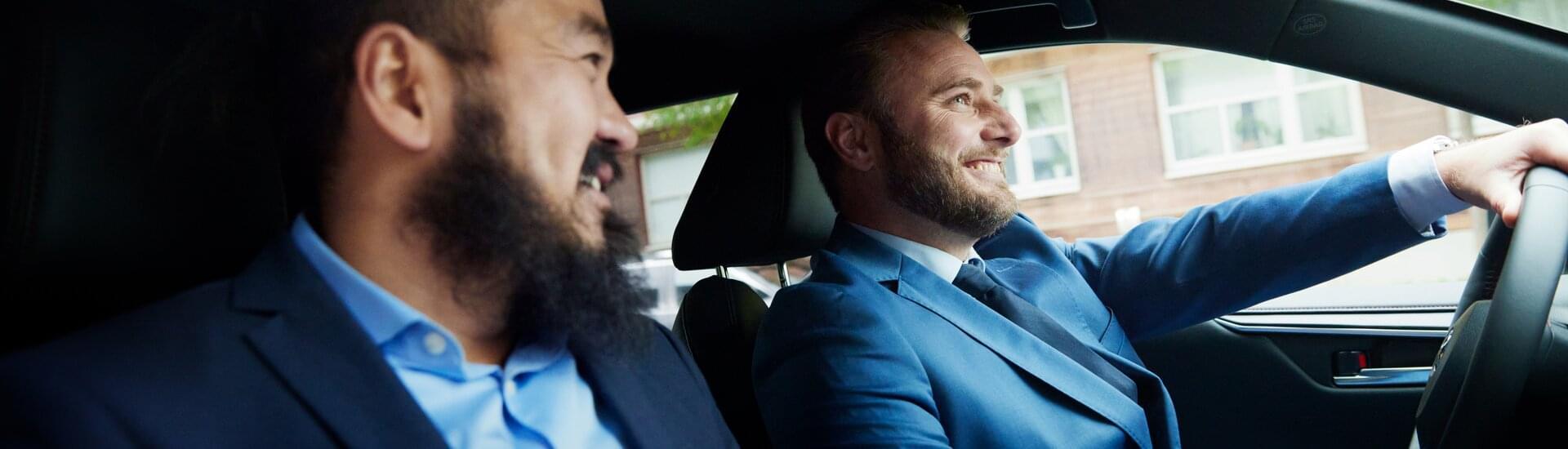 Glada män i bil