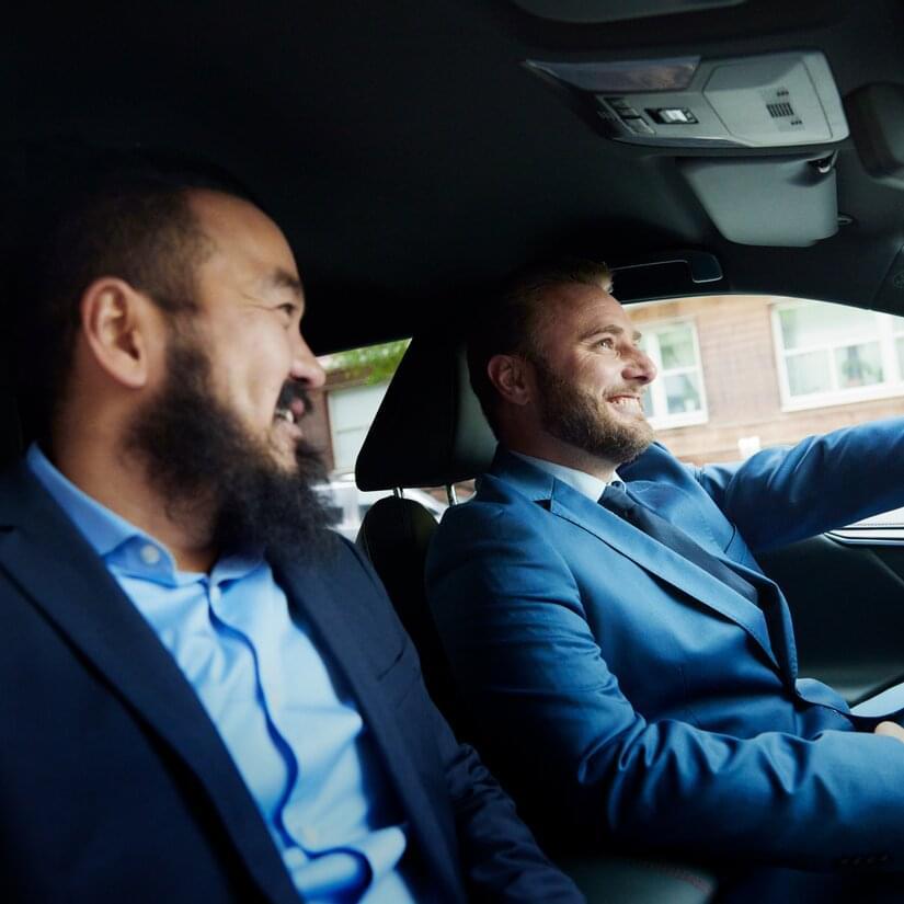 Män i KINTO-bil