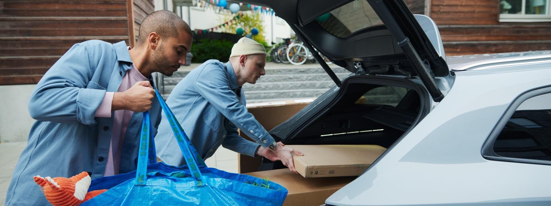 Killar som packar en KINTO-bil med möbler