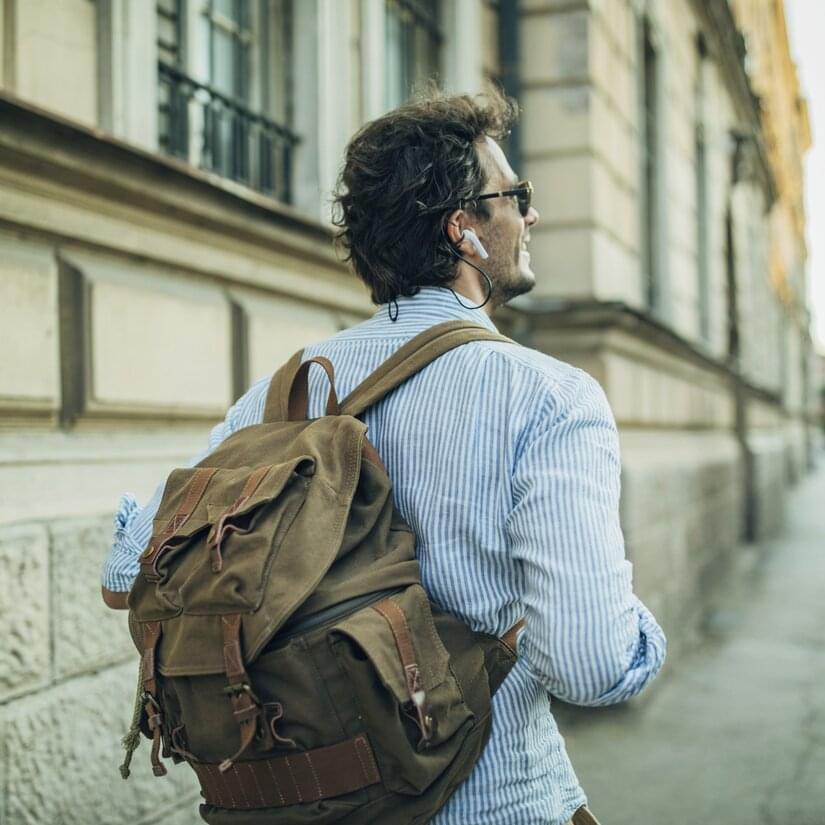 Man med ryggsäck