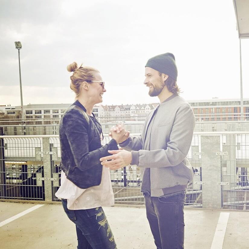 Par som håller hand då de ska hämta sin bilpoolsbil